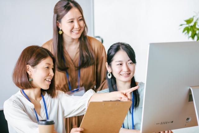 パソコンに向かう女性達